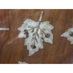 Pantalla / cabecero (relieve, de color naranja y azul)