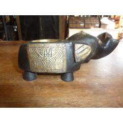 Pequeña estatua de Buda sentado en resina